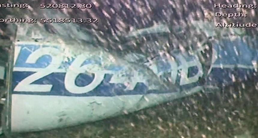 Hallaron un cuerpo entre los restos del avión en el que viajaba Emiliano Sala