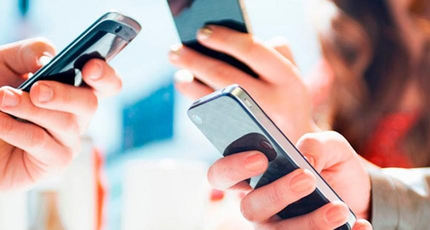 Cinco de cada diez adolescentes tienen el celular al alcance