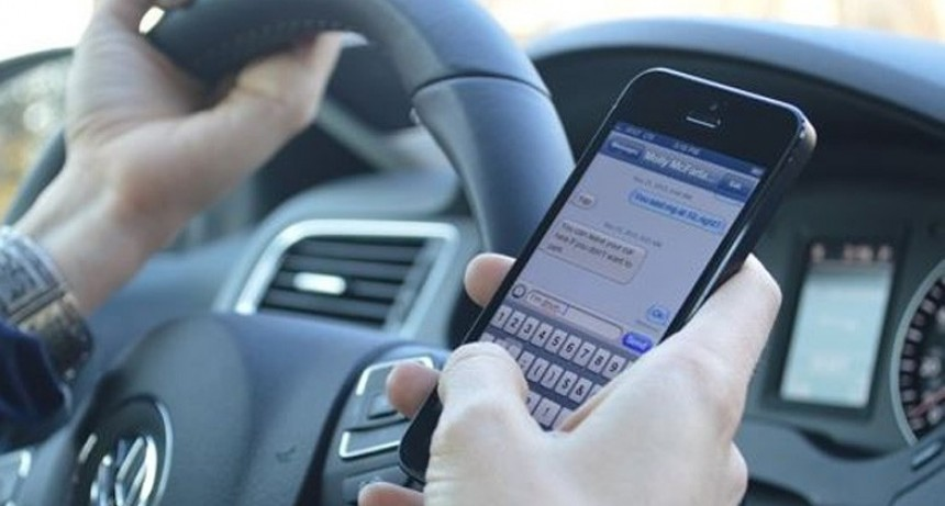Aumenta la cifra de accidentes por el uso del celular en la vía pública