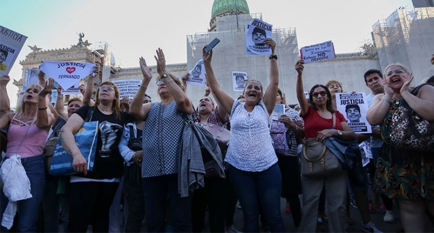 Multitudinaria movilización frente al Congreso para pedir justicia por Fernando