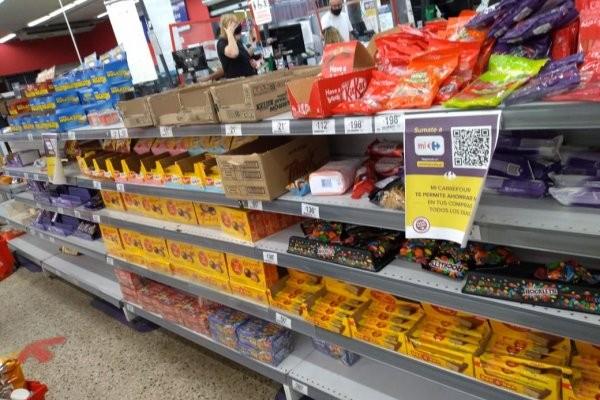 Supermercados siguen exhibiendo ultraprocesados en líneas de cajas