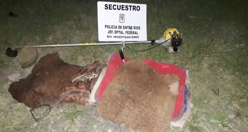 Se procedió al secuestro de un (01) recado, dos  (02) cojinillos de cuero de oveja, un mandil de goma espuma, una motoguadaña marca Villa