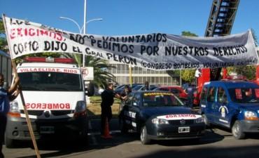 Bomberos reclamaron con sirenazo frente a la casa de Gobierno