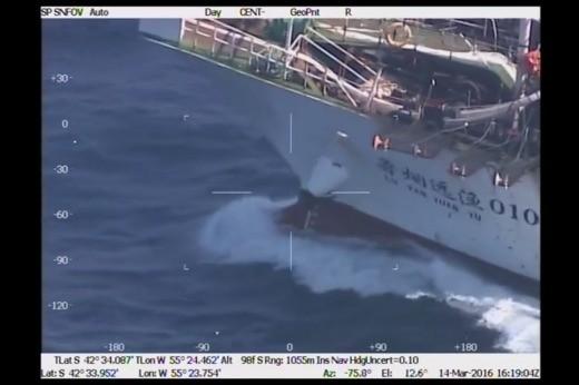 Pesca ilegal: Prefectura hundió un buque chino y rescató a sus tripulantes