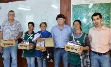 Mujeres que recogen residuos en la calle recibieron calzado por parte del municipio