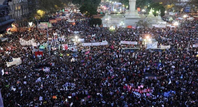 Las argentinas van al primer paro internacional de mujeres en reclamo de sus derechos