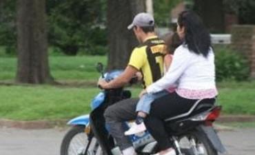 Será obligatorio para motociclistas el uso de chalecos y cascos con la patente
