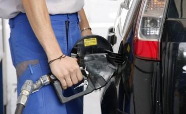 Estaciones de servicio evalúan cobrar un plus por cada litro de nafta vendida