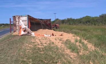 Camión cargado con arroz volcó su acoplado en la Ruta N 22