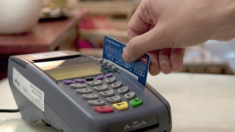 En menos de un mes, monotributistas deberán aceptar tarjetas de débito