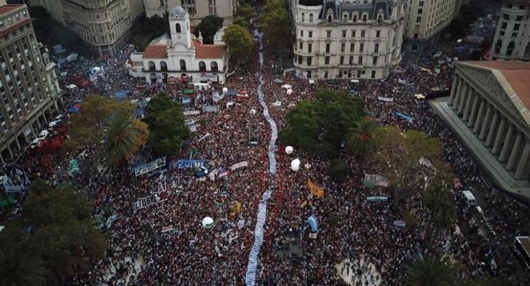 Miles de personas participaron en Plaza de Mayo de los actos por el Día de la Memoria