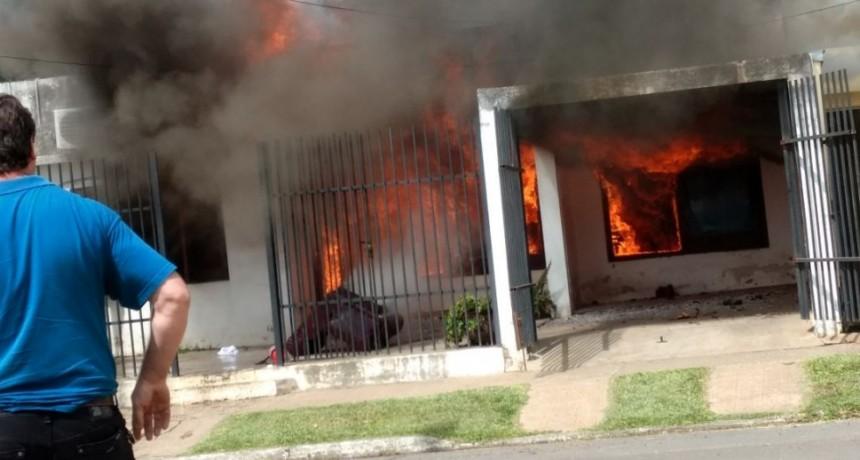 Voraz incendio en una vivienda de Federal.