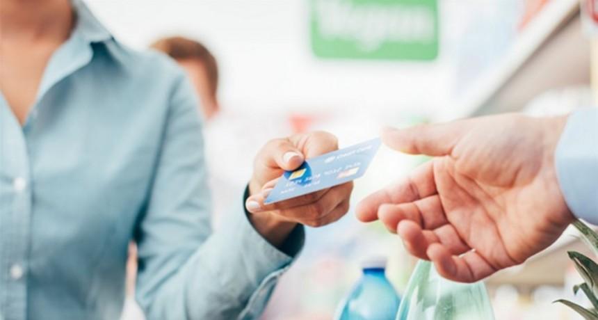 Desde este domingo, todos los comercios deben aceptar débito o pagos electrónicos