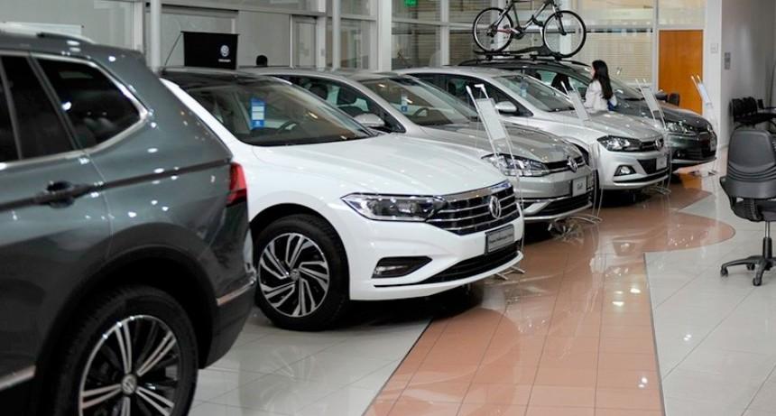 Suspenden ventas de autos y anticipan aumentos por la suba del dólar
