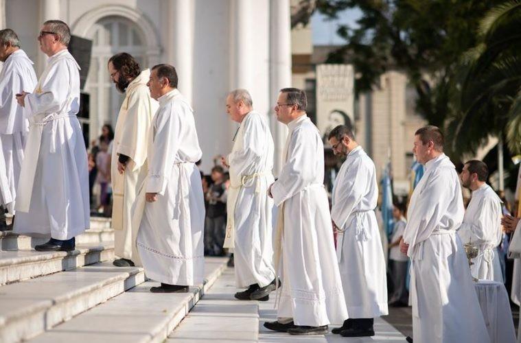 Capellanes: el clero que sostiene el Estado