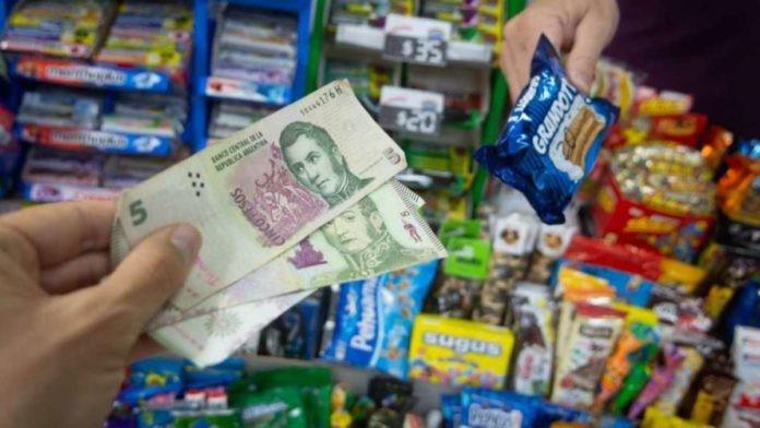 Sin billetes ni monedas de $5, los comercios redondean para arriba