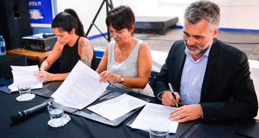 Firmaron convenios para garantizar reintegro de 15% en compras con débito