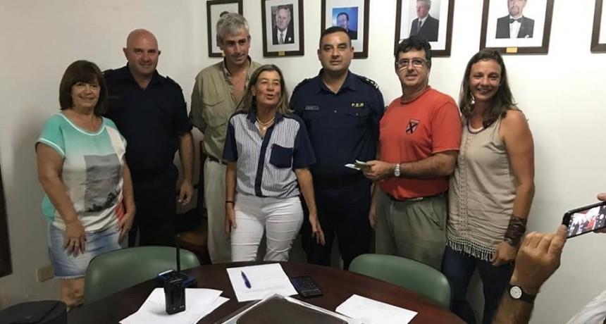 La Rural de Federal entrego un aporte económico para el destacamento policial de Chañar