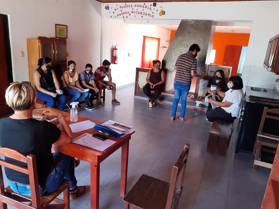 Reunión con los padres/tutores de los estudiantes que desean asistir al Albergue para Jóvenes