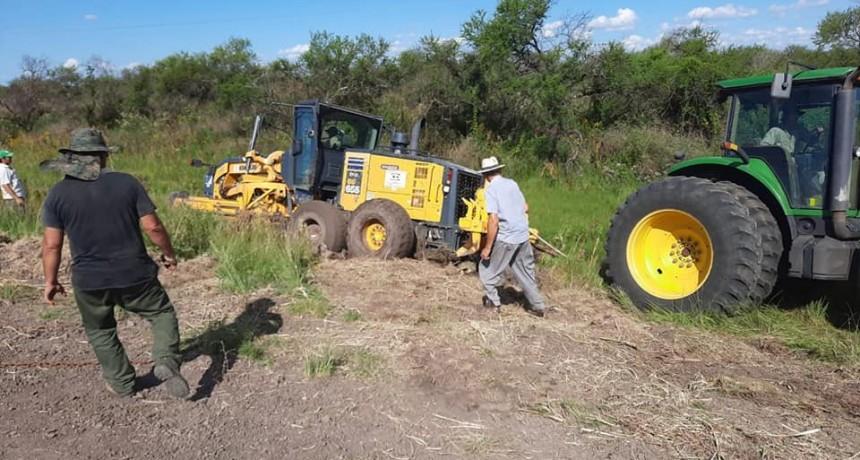 Solidario trabajo de productor de Federal permite extraer motoniveladora que seencontraba enterrada