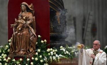 El Papa Francisco presidió la Vigilia Pascual en San Pedro