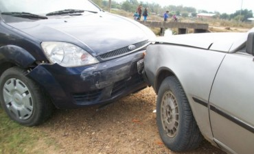 Fuerte choque entre dos autos