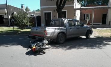 Una moto y una camioneta chocaron en calle Belgrano