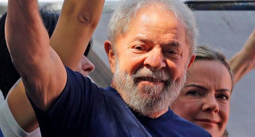 Finalmente, Lula se entregó a la policía en medio de tensión y forcejeos