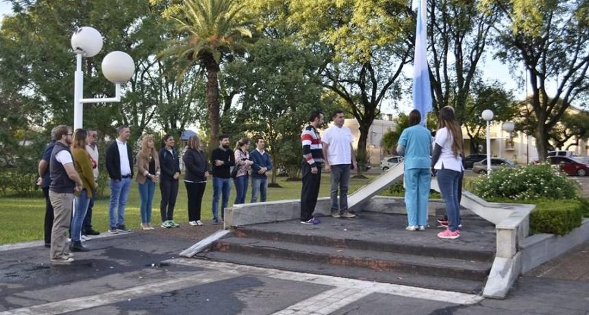 HOY SE REALIZÓ EL IZAMIENTO DE LA BANDERA EN PLAZA URQUIZA