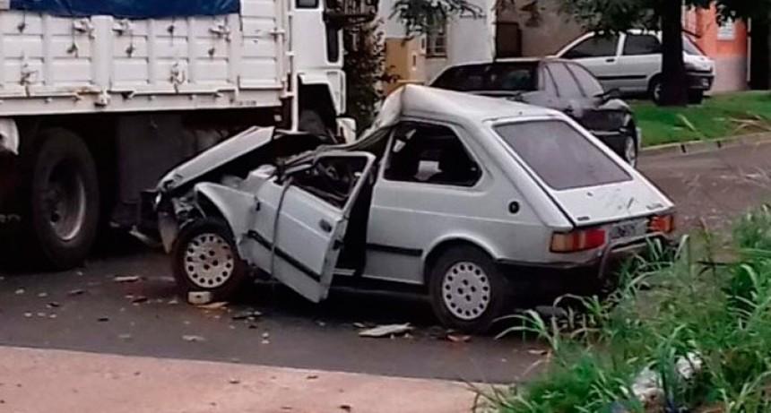 Auto se incrustó debajo de camión estacionado y su conductor está muy grave