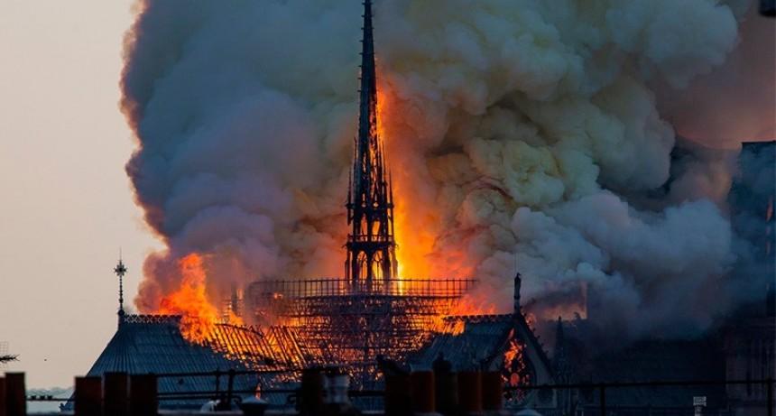 Incendio en la catedral de Notre Dame de París: Video del derrumbe de la aguja