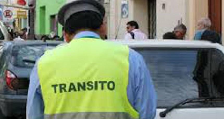 Embistió a personal de transito y se dio  a la fuga