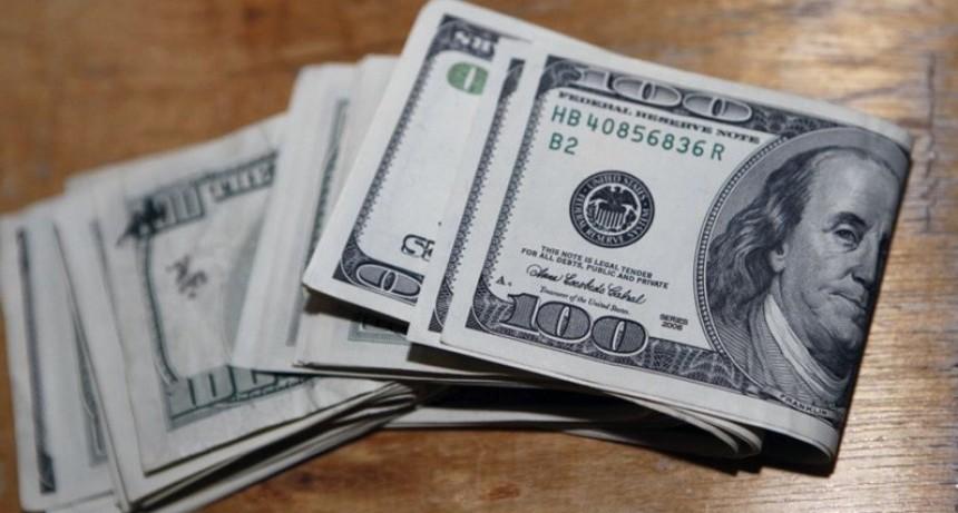 Mercados alterados y números rojos: por qué sube el dólar y el riesgo país