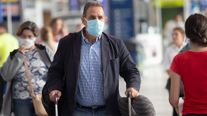 Descubren que el virus queda más tiempo en el aire y revisan normas de barbijos