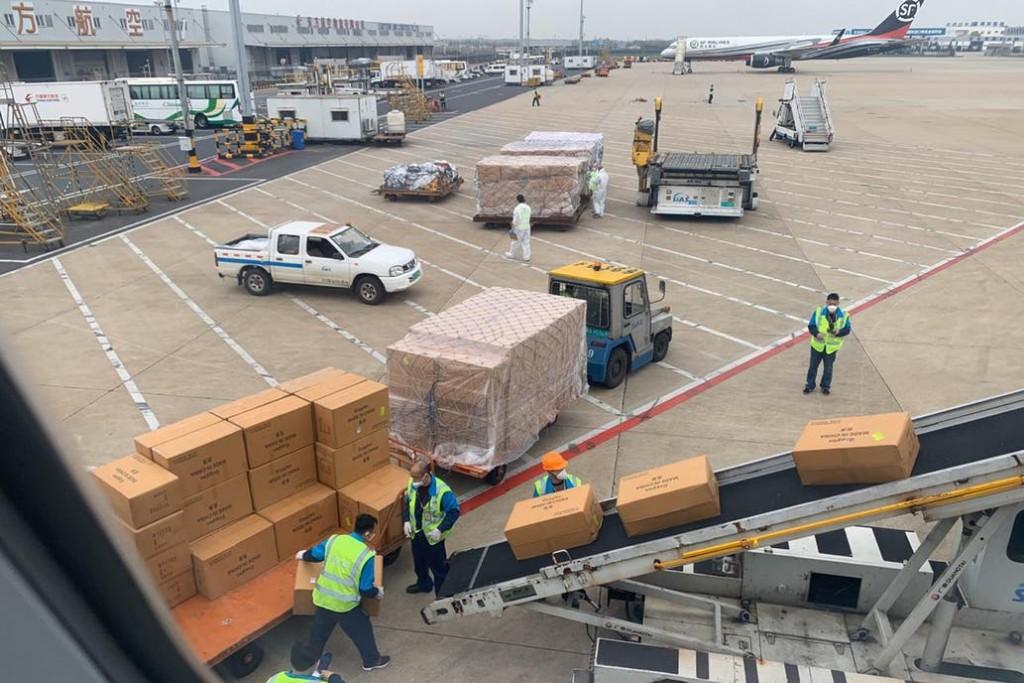 A China, por insumos. Así se cargaron las 13 toneladas en el avión de Aerolíneas