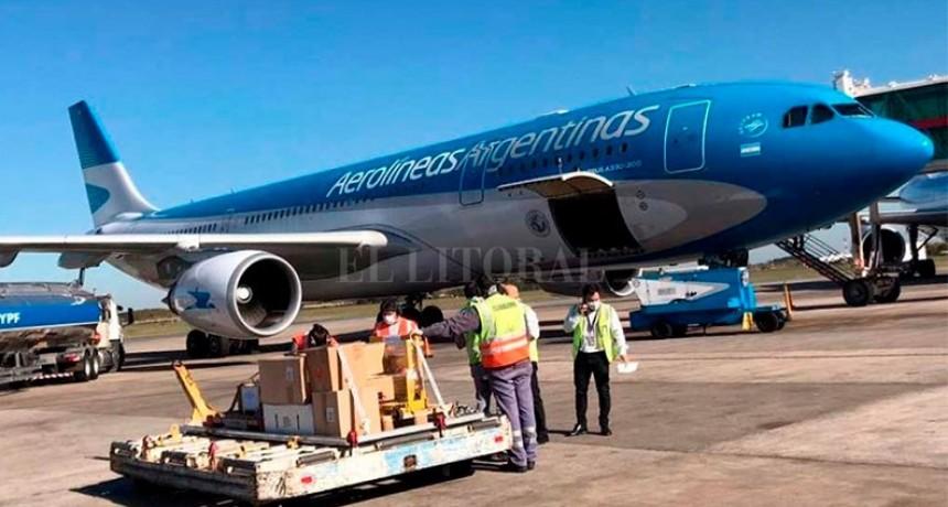 Coronavirus en la Argentina: regresó de China el primer vuelo que trajo 14 toneladas de insumos médicos