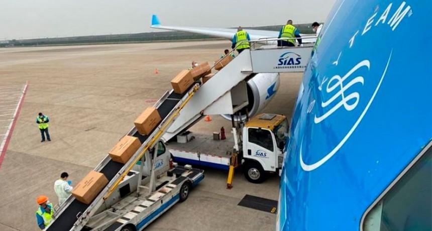 Confirman un tercer vuelo a China para traer insumos médicos