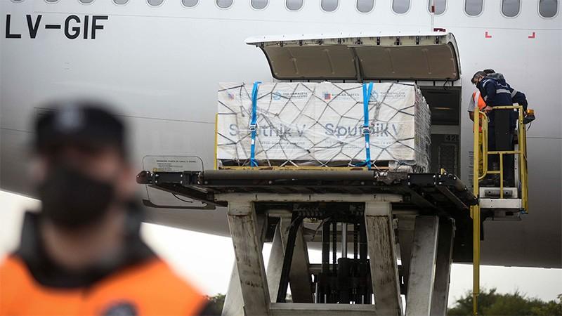 Un nuevo vuelo de Aerolíneas llega este domingo con 500 mil dosis de Sputnik V