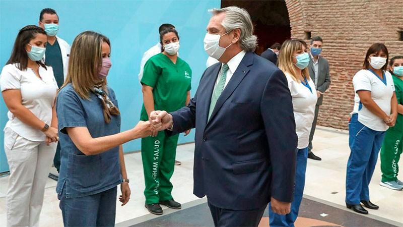Fernández anunció bono por $6.500 para personal de salud durante tres meses