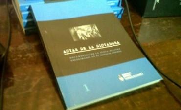 El Ministro de Defensa Agustin Rossi entregó a Urribarri ejemplares del libro Actas de la dictadura