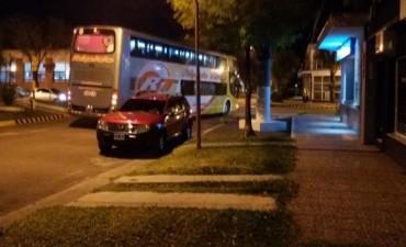 Omnibus en contramano en pleno centro de Federal