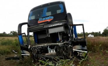 Choque frontal entre colectivo y un auto dejo 6 muertos y varios heridos