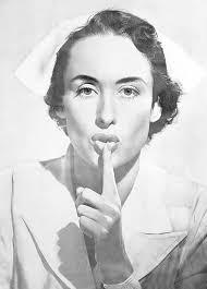 La verdadera historia de la enfermera del cuadro que pide silencio en los hospitales y clínicas de medio mundo