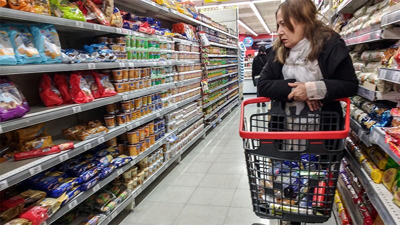 Subieron harina, alimentos, autos y electrónicos tras la escalada del dólar