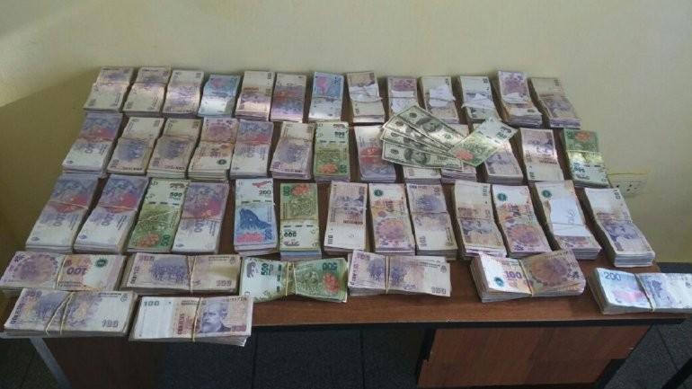 Secuestran un auto que llevaba más de 450 mil pesos y otra suma en dólares