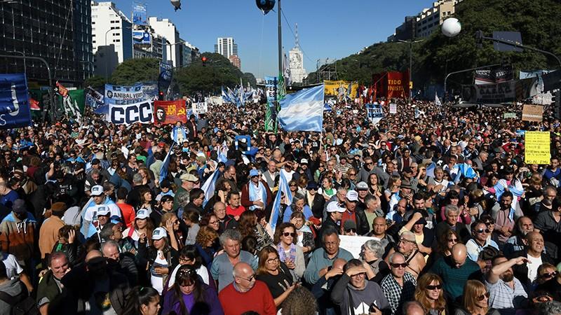 Multitudinaria marcha en rechazo a la decisión del gobierno de acudir al FMI