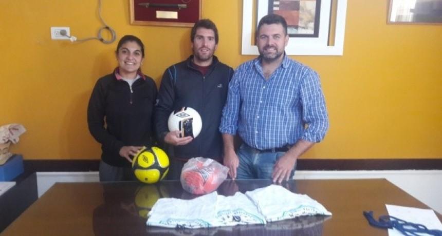 Entrega de elementos deportivos a Instructor de Fútbol