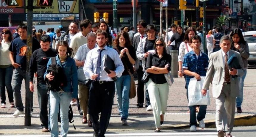 Achicar el déficit: El Gobierno recortaría 30 mil empleos públicos hasta 2019