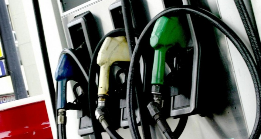 Baja del petróleo podría morigerar algo la suba de naftas: Cuánto aumentarían
