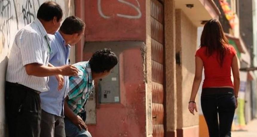 El acoso callejero es violencia contra la mujer: Promulgaron la ley